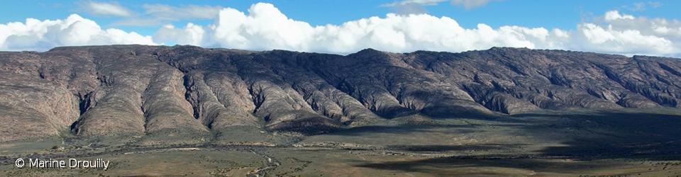 La Réserve naturelle d'Anysberg possède de vastes vallées entourées de montagnes de moyenne altitude (entre 1200 et 1600 mètres) séparées par de profondes gorges, trois habitats idéals pour le chacal à chabraque, le léopard et le caracal.