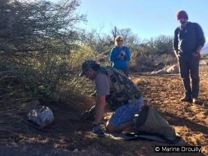Niel, Marine et Quinn en train de poser un piège et de prendre ses coordonnées GPS.